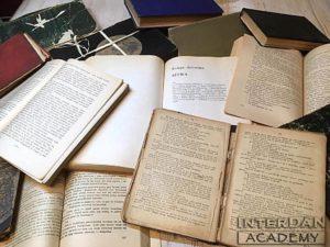 Kilka starych książek rozłożonych na stole